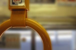 日常の1コマ「マナーと思いやりの吊革」の写真素材 [FYI00394672]