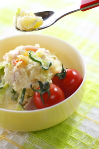 ポテトサラダとミニトマト(スプーン付)の写真素材 [FYI00394708]