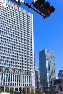 日本生命丸の内ビルと信号機の写真素材 [FYI00394807]