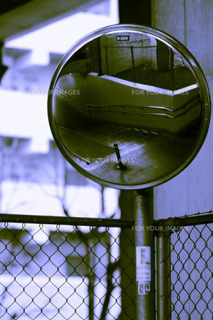 鏡の向こう側の写真素材 [FYI00395111]