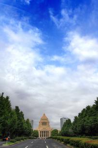 雲行きが怪しい国会議事堂(正面と空)の写真素材 [FYI00396048]