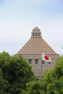 国会議事堂の屋根と日の丸の写真素材 [FYI00396051]