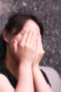 恥ずかしがり屋の彼女の写真素材 [FYI00396117]