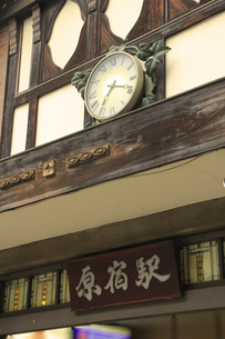 原宿駅の看板と時計の写真素材 [FYI00396303]