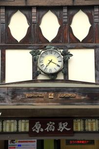 原宿駅・正面から看板と時計の写真素材 [FYI00396309]