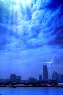 荒雲とみなとみらいの写真素材 [FYI00396386]
