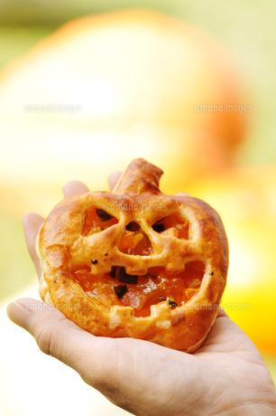 手のひらにのせたかぼちゃパイの写真素材 [FYI00396966]