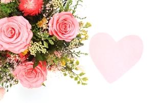 ピンクのバラの花束とハートの写真素材 [FYI00398542]