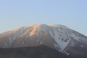夕暮れの冬の岩手山の写真素材 [FYI00399248]