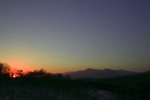 夕暮れの冬の湿原の写真素材 [FYI00399255]