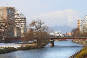 開運橋から見る岩手山の写真素材 [FYI00399256]