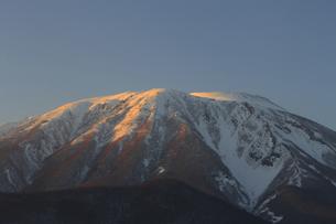 夕暮れの冬の岩手山の写真素材 [FYI00399261]