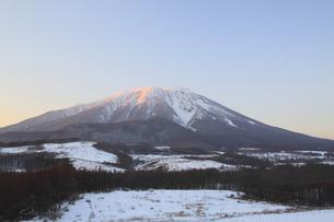 夕暮れの冬の岩手山の写真素材 [FYI00399268]