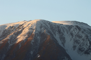 夕暮れの冬の岩手山の写真素材 [FYI00399272]