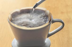 抽出しているコーヒーの写真素材 [FYI00399325]