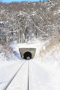 冬景色と東北本線のトンネルの素材 [FYI00399358]
