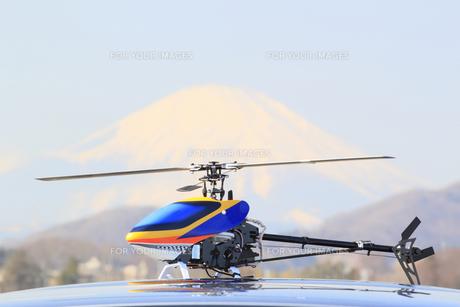 ラジコンヘリコプターと富士山の写真素材 [FYI00399450]