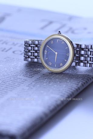 腕時計と英字新聞の写真素材 [FYI00399619]