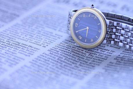 腕時計と英字新聞の写真素材 [FYI00399624]