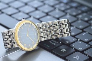 腕時計とパソコンの写真素材 [FYI00399625]