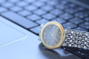 腕時計とパソコンの写真素材 [FYI00399627]