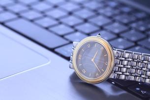 腕時計とパソコンの写真素材 [FYI00399632]