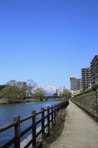 開運橋から見る岩手山の写真素材 [FYI00399838]