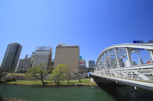 開運橋と盛岡の街並みの写真素材 [FYI00399856]