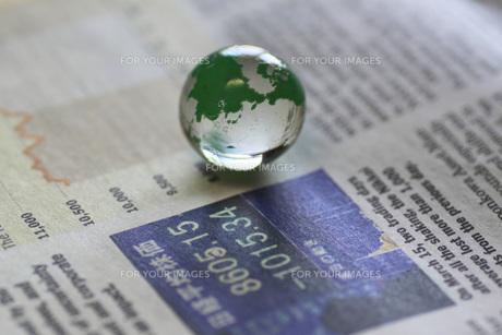 経済新聞と地球の写真素材 [FYI00399857]