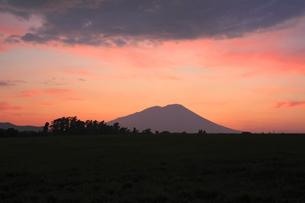 夕暮れの岩手山と田園風景の写真素材 [FYI00400267]