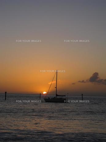 穏やかな海と船の写真素材 [FYI00400766]