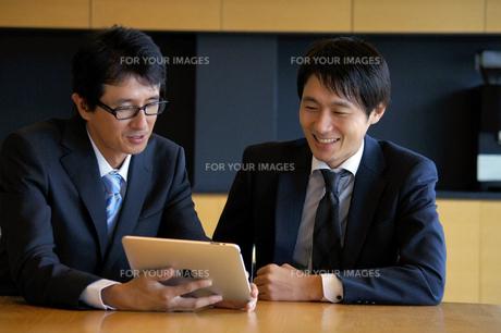 打ち合わせをする2人のビジネスマンの写真素材 [FYI00400820]