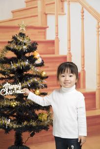 クリスマスツリーと女の子の写真素材 [FYI00403646]
