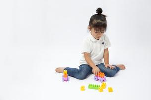 ブロックで遊ぶ女の子の写真素材 [FYI00403656]