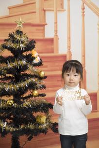 クリスマスツリーと女の子の写真素材 [FYI00403657]