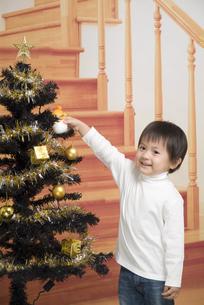 クリスマスツリーと男の子の写真素材 [FYI00403659]