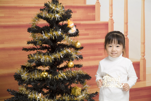 クリスマスツリーと女の子の写真素材 [FYI00403660]