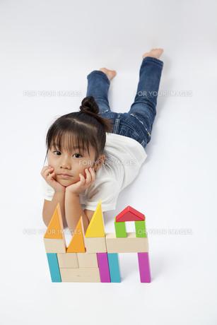 積み木で遊ぶ女の子の写真素材 [FYI00403661]