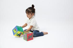 アルファベットブロックで遊ぶ女の子の写真素材 [FYI00403662]