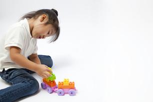 ブロックで遊ぶ女の子の写真素材 [FYI00403669]