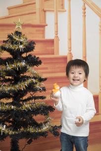 クリスマスツリーと男の子の写真素材 [FYI00403670]