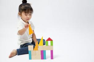 積み木で遊ぶ女の子の写真素材 [FYI00403673]
