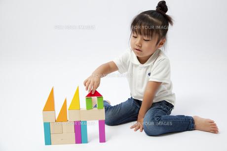 積み木で遊ぶ女の子の写真素材 [FYI00403678]