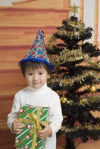 プレゼントを貰って嬉しそうな男の子の写真素材 [FYI00403680]