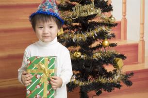 プレゼントを貰って嬉しそうな男の子の写真素材 [FYI00403681]