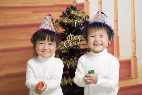クラッカーを持って笑顔の子供たちの写真素材 [FYI00403682]