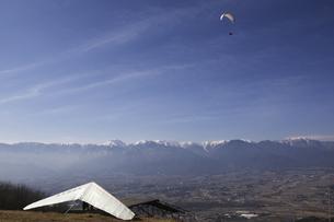 冬の安曇野を飛ぶパラグライダーとハンググライダーの素材 [FYI00403699]