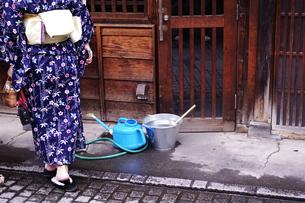 路地を歩く浴衣の女性の写真素材 [FYI00404110]