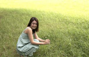 花を摘む女性の写真素材 [FYI00404574]