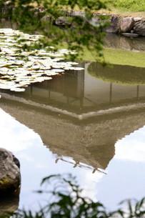 水鏡に映る茅葺屋根の写真素材 [FYI00404731]